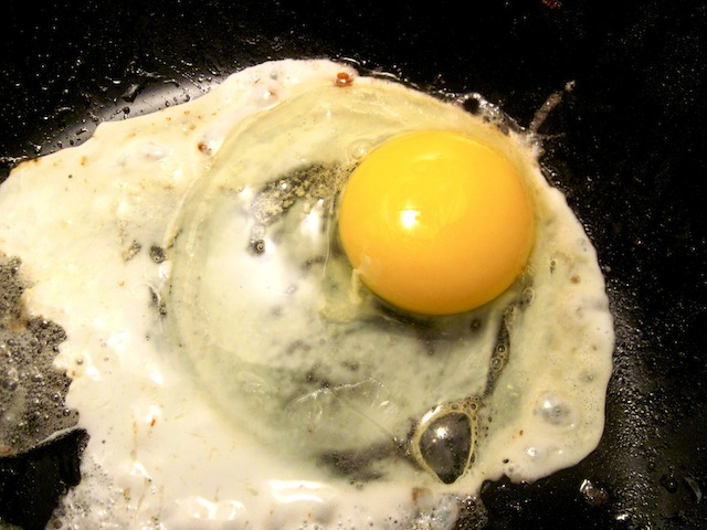 Frying an egg (Eat Me. Drink Me.)