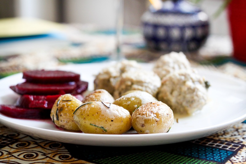 New potatoes in butter with chives (Eat Me. Drink Me.)